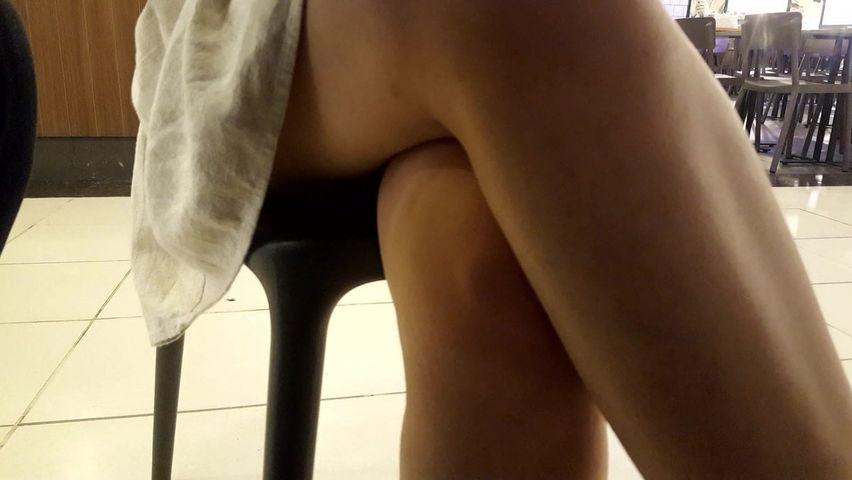 положила свои ножки на лицо под столом ведёт участковый